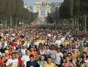 Толпа людей у туристических мест
