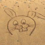 В Испании туристы могут попасть в тюрьму за рисунок на песке