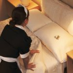 Следует ли в отеле заправлять постель при выселении