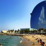 В Барселоне женщинам разрешили плавать топлес